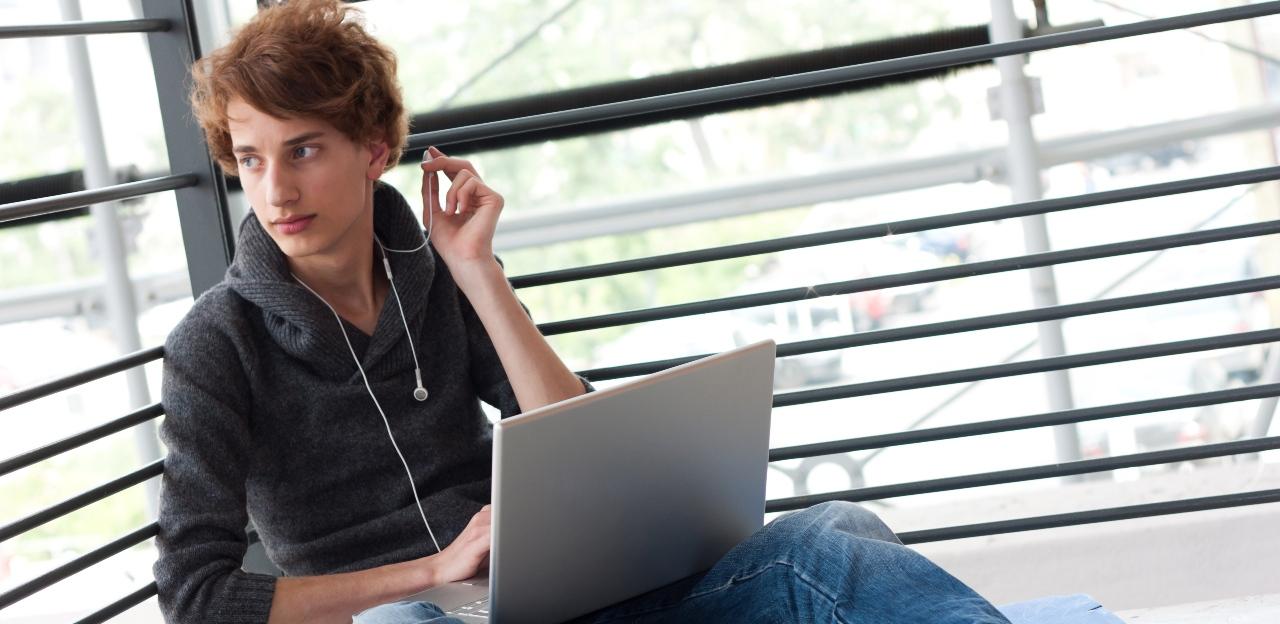 Lycéen avec un ordinateur portable